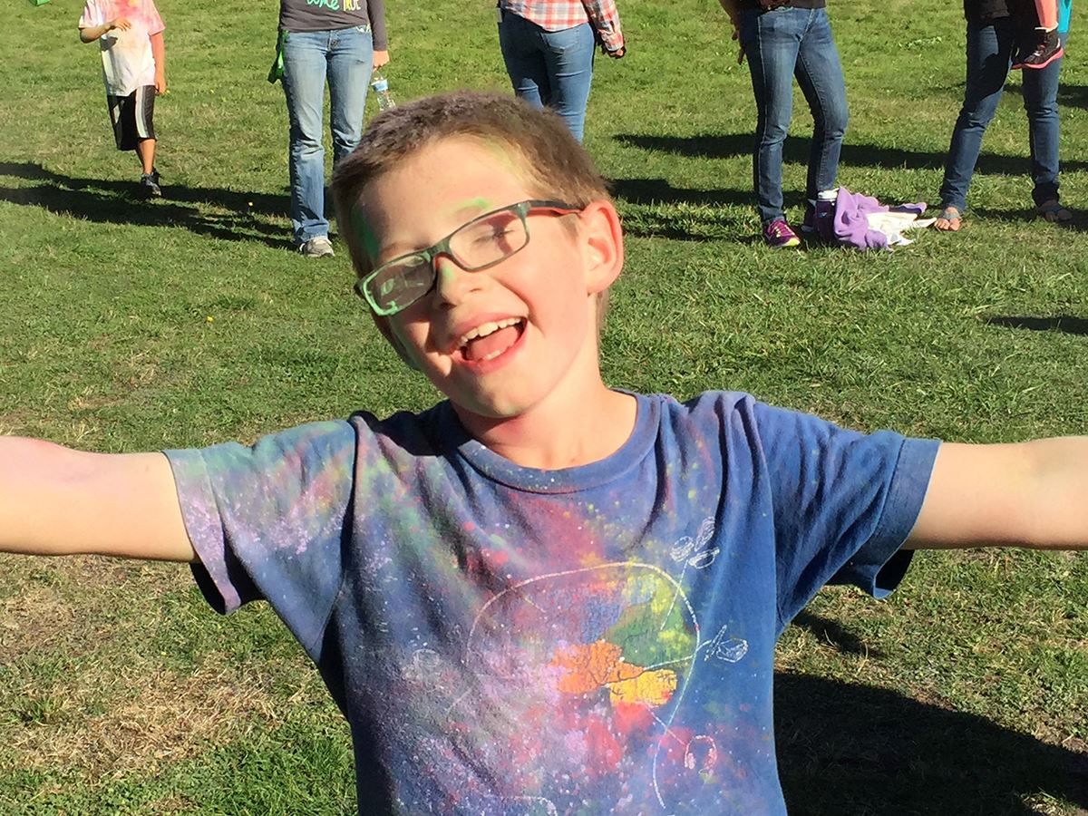 boy at sun fun color run